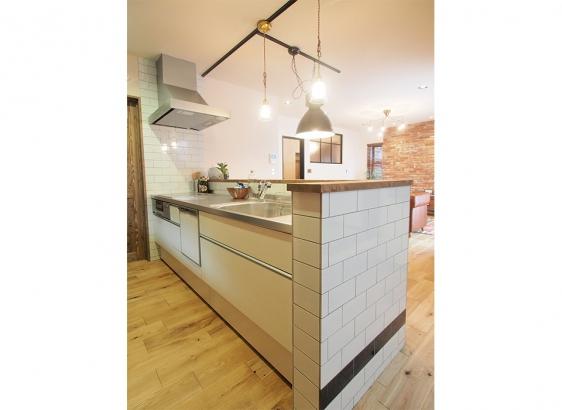スタイリッシュなキッチン。天板をステンレスにして全体の雰囲気に沿うようにしました。