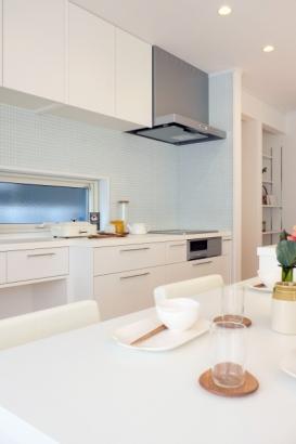 キッチン|家族の様子が伺えるよう、ダイニングとキッチンを近くに。タイル貼りなので、普段の掃除も楽チン♪