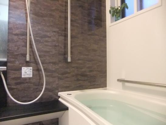 浴室|1日の疲れをゆっくり取りたい方は必見!落ち着く空間で、お風呂に入りながら月を眺められる設計