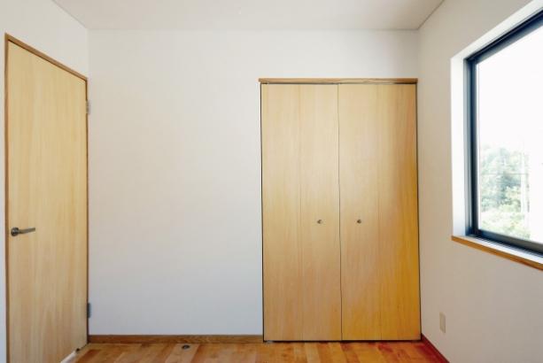 子供部屋|たっぷり陽の入る子供部屋。収納扉にお好きな色を入れて、アクセントに