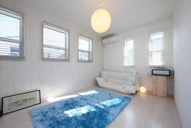 青色と白色で統一された海小屋のような部屋