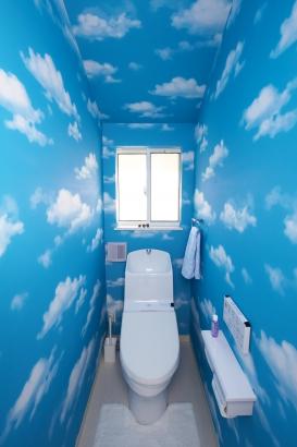 空の壁紙を使用した天空のトイレ