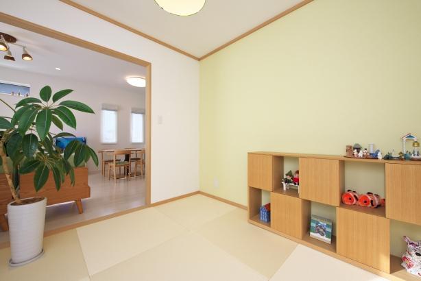 キッチンとは対照的に落ち着いた色合いの和室