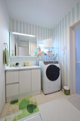 ミントのストライプの壁紙がかわいい洗面所
