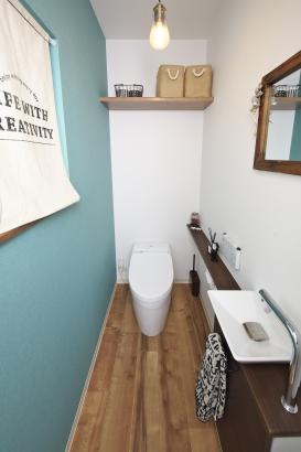 アクセントカラ―が目を引くトイレ