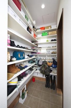 家族分の靴やアウトドア用品もラクラク収納