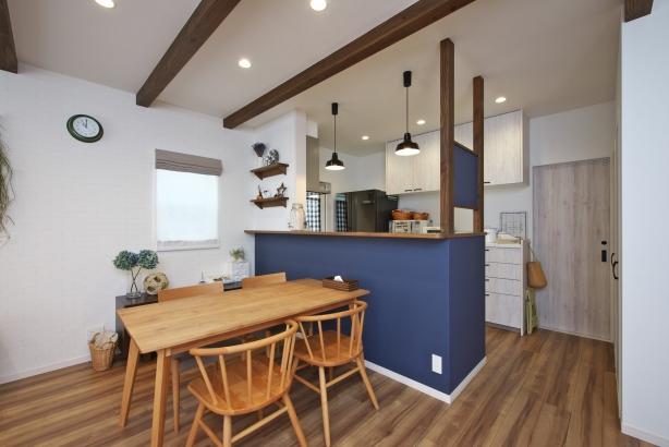 ブルーの壁紙が印象的な対面カウンターキッチン