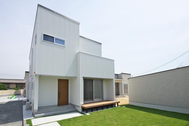 シンプルなキューブ型の邸宅