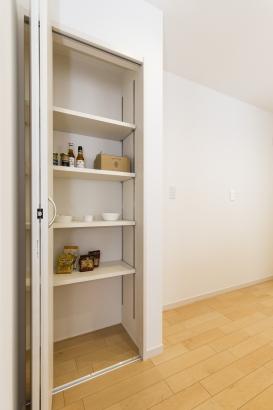 キッチンに設けられたパントリー。調味料やちょっとした保存食の保管に便利ですね。