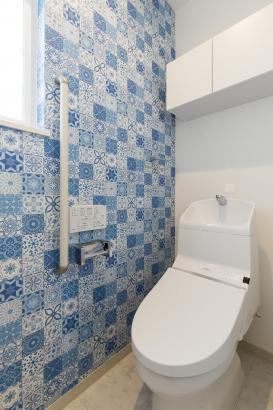 モデルハウスのコンセプトに合わせた統一感のあるブルーのサイディングには、便利な収納付。