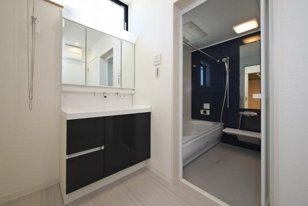 洗面所とキッチンの両方から出入り可能な2Way洗面所は、お料理をしながら洗濯などが出来るラクラク家事動線です。