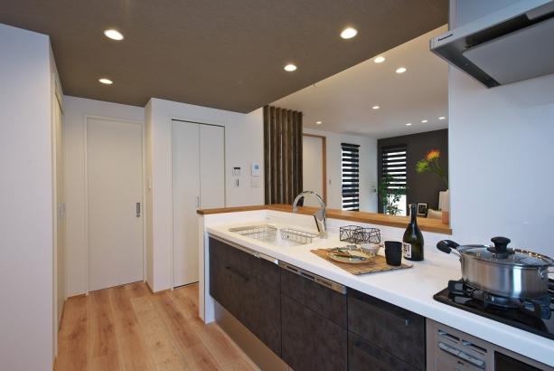 食洗器やタッチレス水栓付キッチンで毎日の家事のストレスを軽減。時短にもなり、趣味の時間を増やせます。
