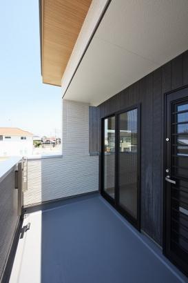 廊下と主寝室から出入り可能な2Wayバルコニー。