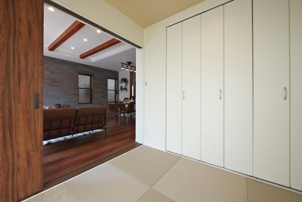 リビングと繋がる和室。坊主畳を使用する事で、現代風のオシャレな客間になります。