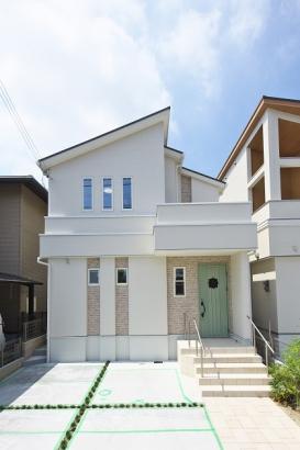 スタイリッシュな勾配屋根と淡い色合いのサイディングで海外風に。