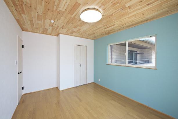 木材を使用したアクセント天井がオシャレな寝室。