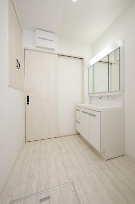 壁面収納付きの洗面所。