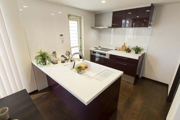 ペニンシュラ型の対面Ⅱ型キッチン。家族の顔を見ながら家事可能。会話も弾みます。