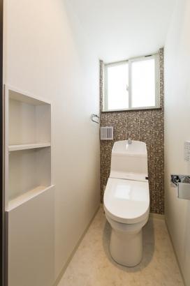 家計に助かる節水型トイレ。壁面には収納も完備。