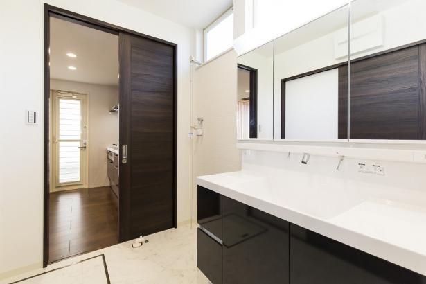 くもり止め加工された3面鏡が付いた洗面所。