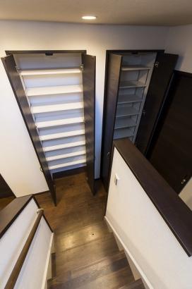 大容量のホール収納。可動棚で高さを変更でき、片づけ上手になれます。