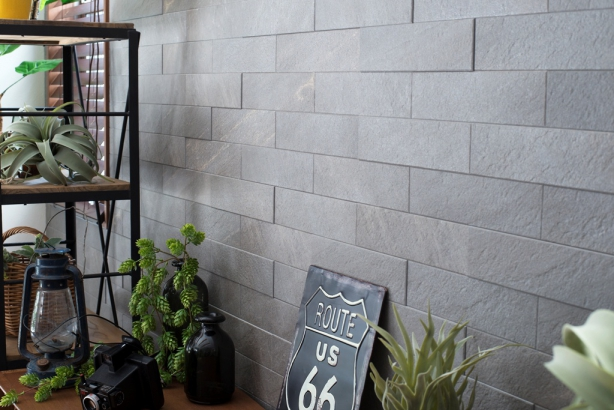 リビングのアクセント壁に調湿効果のあるエコカラットを使用