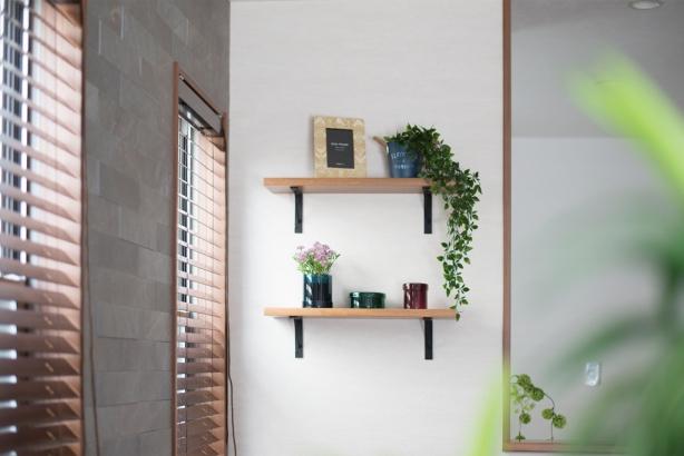 飾り棚にはお気に入りの雑貨などを飾りたいですね。