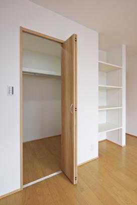 寝室にはウォークインクロゼットだけでなく可動棚付きの収納も。片づけ上手になれます。
