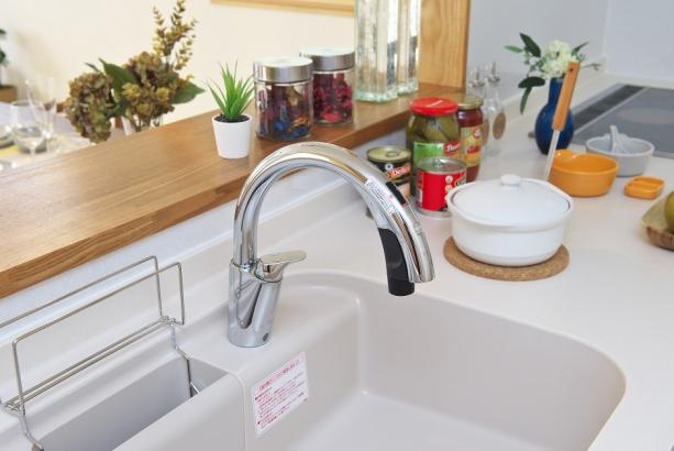 センサー付き水栓付きで手が離せない時にも便利。