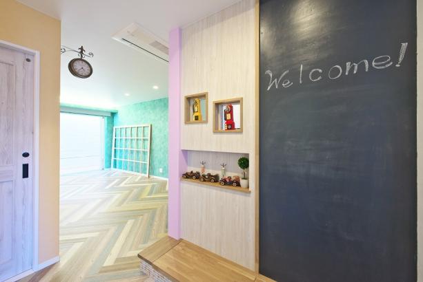 施主様ご自身で塗られた黒板ボードと、ヘリンボーンという珍しい組み方をした床が特徴的。
