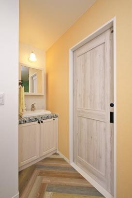 無垢の扉とモザイクタイルがアクセントの洗面化粧台。