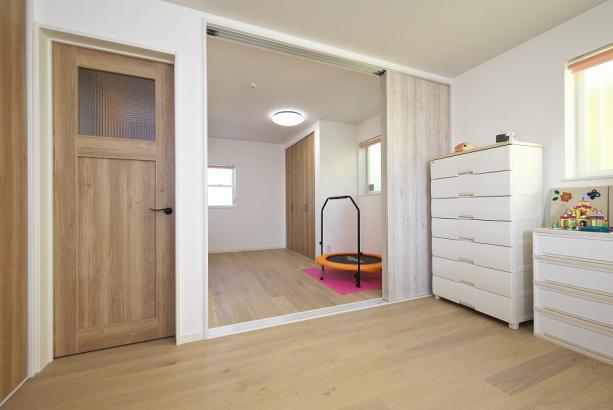 間仕切りを開くと2部屋が繋がる大空間に。