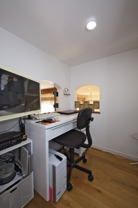 リビング上方の小窓の先には中二階を利用した書斎スペース。