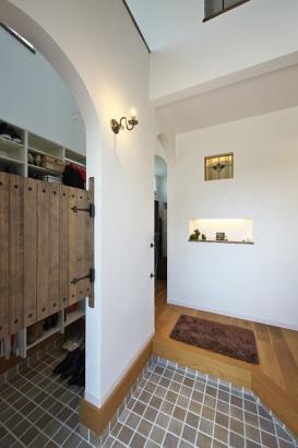 オシャレな木製扉の奥にはSIC⇔洗面台⇔ホールと繋がるこだわり動線。