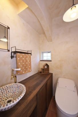 形にこだわったアーチが中世のヨーロッパを連想させる世界観。蛇口や洗面台はこだわりの特注品。