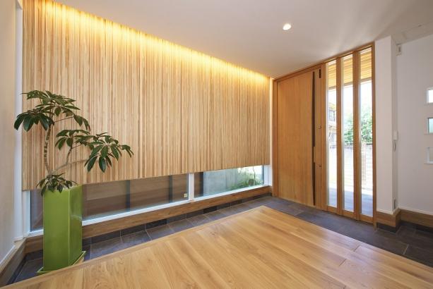 木の壁と間接照明が上品さと高級感を引き立たせます。