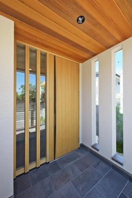 上質な楢無垢材のドアでお出迎え。