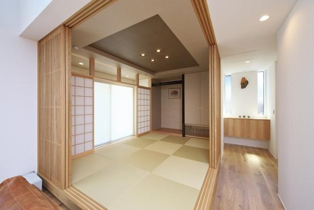 一段高く設計された和室には、施主様ご希望の縁側も。