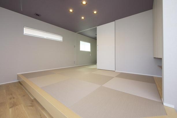 奥まで続く広々和室。段差があるため腰掛けとしても利用できます。