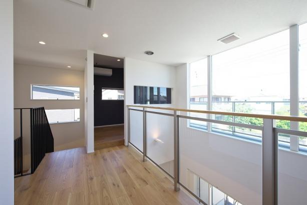 2階の大きな窓から光が降り注がれ、リビングを明るい空間へと導きます。