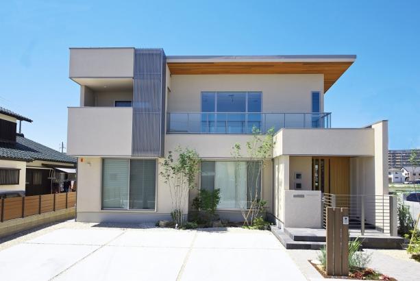 広い敷地にゆったりと建てられた高級感のある邸宅。