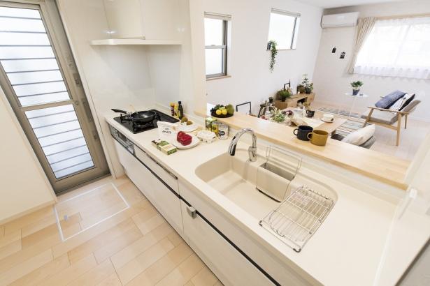 白の清潔感のあるキッチン。センサー付き水栓や食器洗い乾燥機付きと、主婦に嬉しい機能がいっぱい。