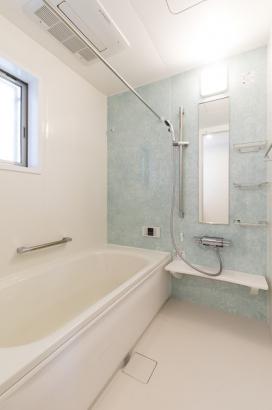 水色のアクセントパネルが爽やかな浴室。高気密・高断熱の浴槽なのでお湯が冷めにくくとってもエコ。