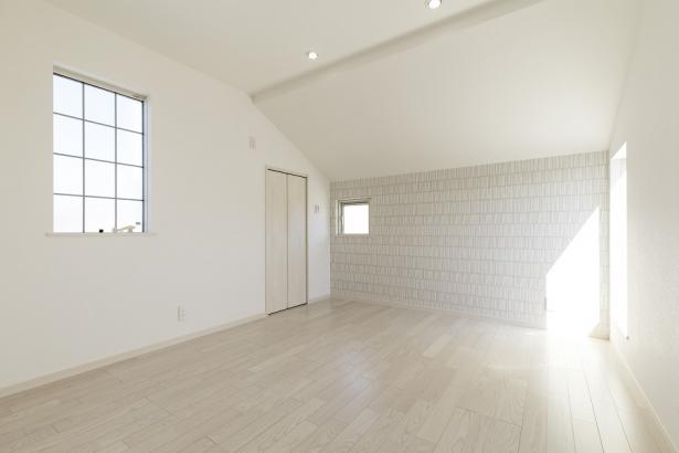 白のクロスを基調とした清潔感のある洋室。