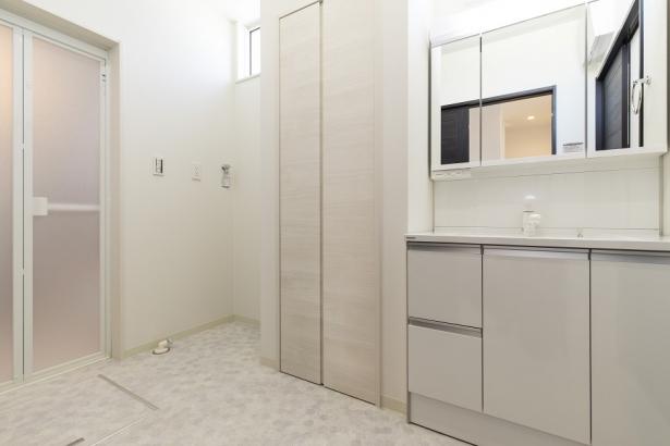 洗面所。仕度に便利な3面鏡。収納がたくさん。