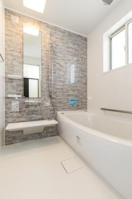 浴室。高断熱の浴槽を採用。お湯の温度が下がりにくいので、追い焚きをする回数が減り省エネにつながります。