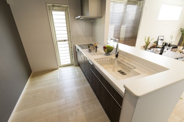 キッチン。対面型なので家族の様子を見守りながら家事が可能。主婦に嬉しいセンサー付き水栓と食器洗い乾燥機付き。