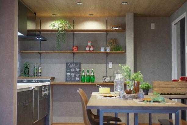 壁面キッチン収納。食料品を置いたり食器棚としても利用できます。