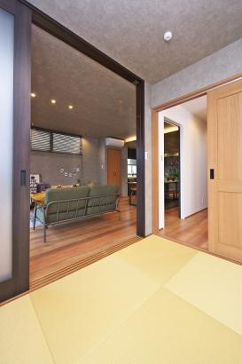 ホールとリビングの2ヵ所から出入り可能な和室。