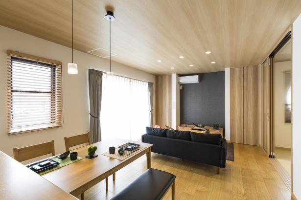 木目調の壁紙や天井を使用した、温もり感じる空間。